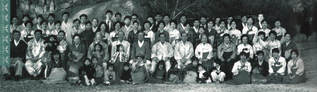 Group photo of the Hyundai founding members and the first employees